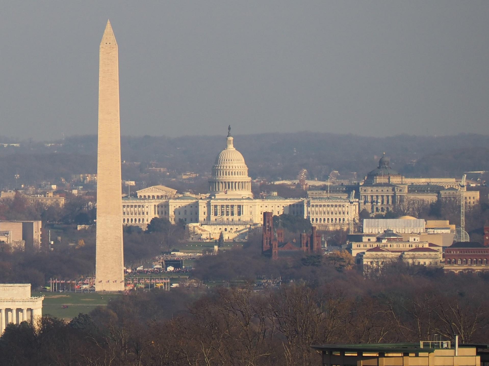 ワシントンを象徴するワシントン記念塔と連邦議会議事堂