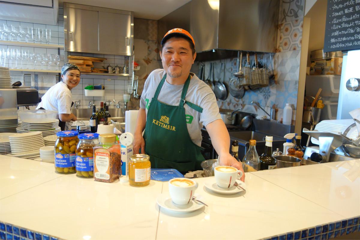 カウンター、テーブル席から調理の様子を眺められるオープンキッチン・スタイル。オーナーシェフの佐藤さんと奥さまの華子さん。