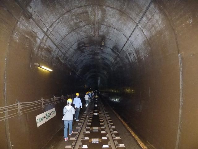△19年度のグランプリを受けたツアーの参加者が歩いた北越急行の「赤倉トンネル」=新潟県