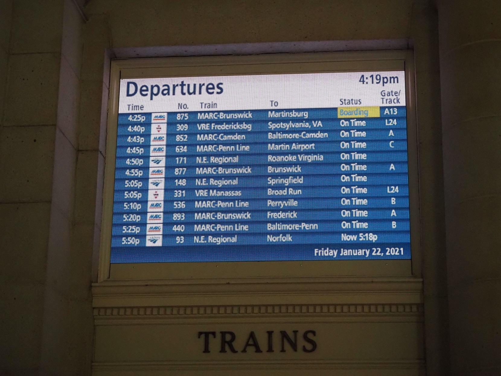 △ユニオン駅の列車の発車案内画面=ワシントンで筆者撮影